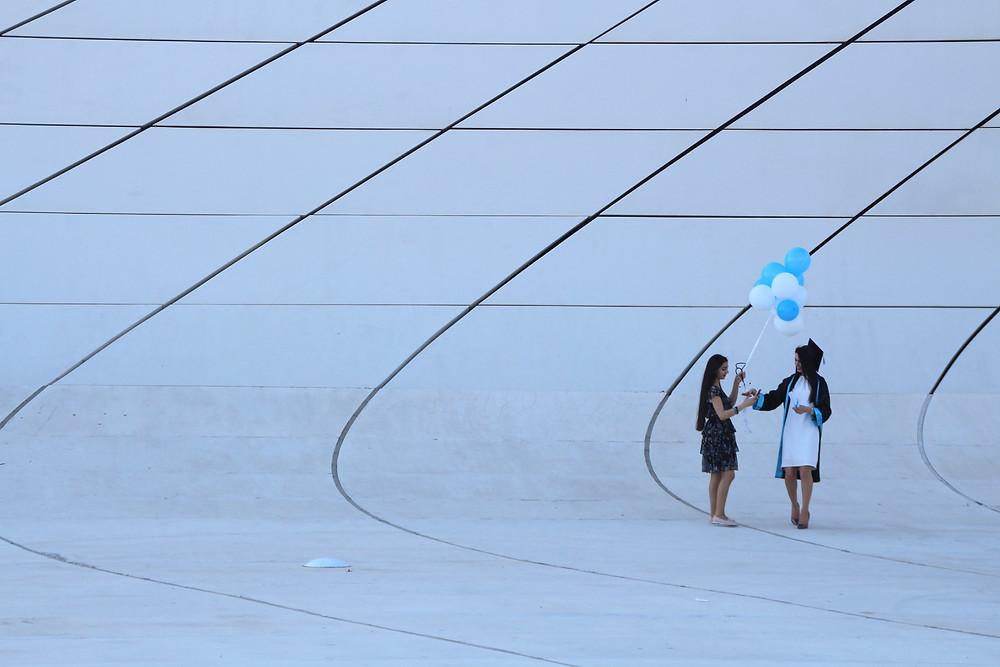 שתי בחורות עם בלונים, על רקע אבסטרקטי