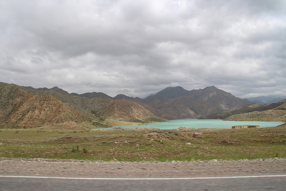 אגם בצבע תכלת בין ההרים