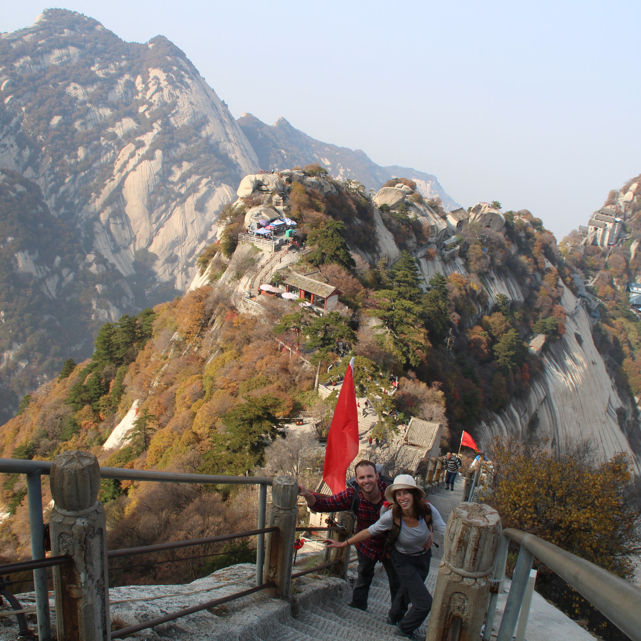 איתי וירדן מטפסים על חואשאן, הר מפורסם בסמוך לשי'אן, סין