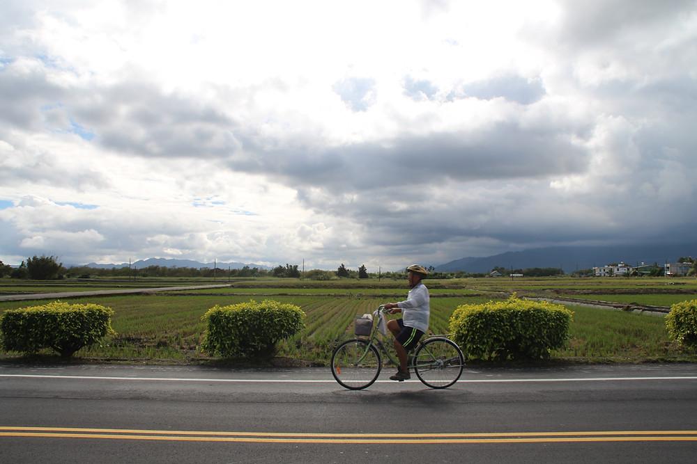 זקן טייוואני רוכב על אופניים