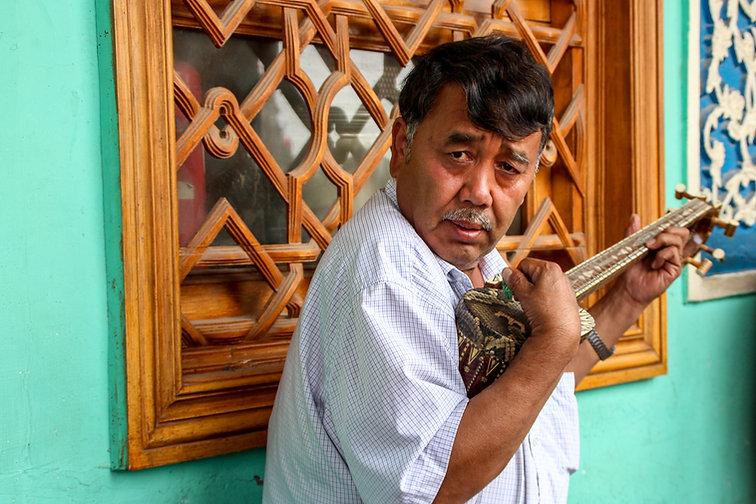 An uyhur musician, Kashgar's tea house