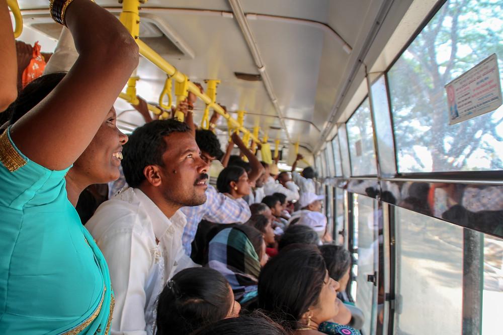 נסיעת אוטובוס צפופה בהודו