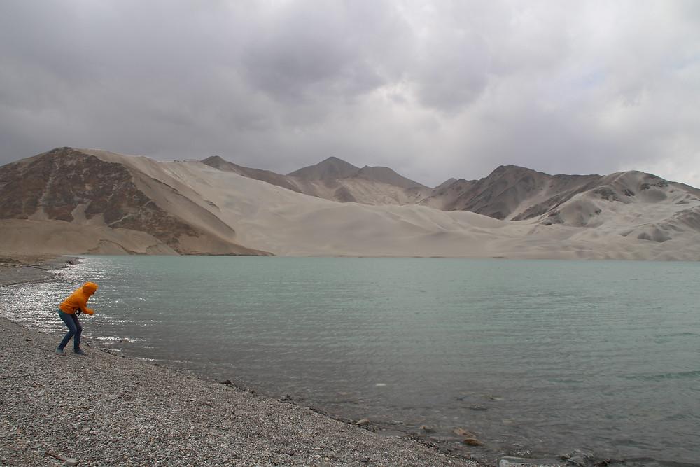 אישה מקפיצה אבנים באגם החול הלבן
