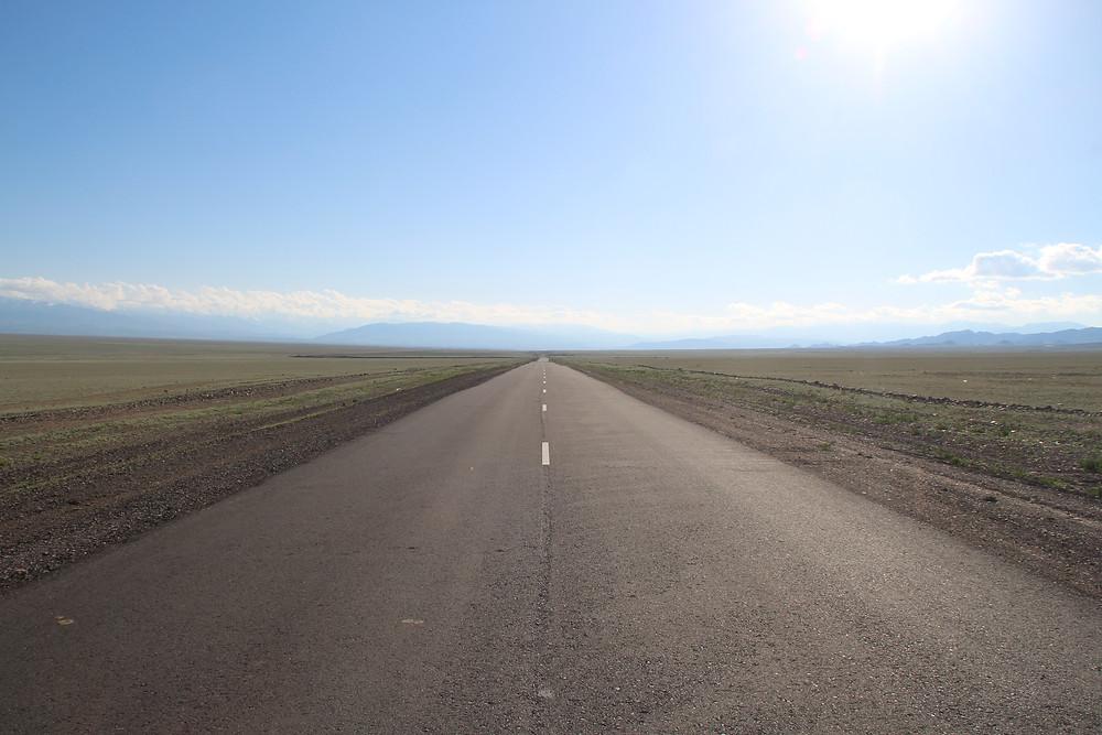 דרך ריקה מובילה עד האופק