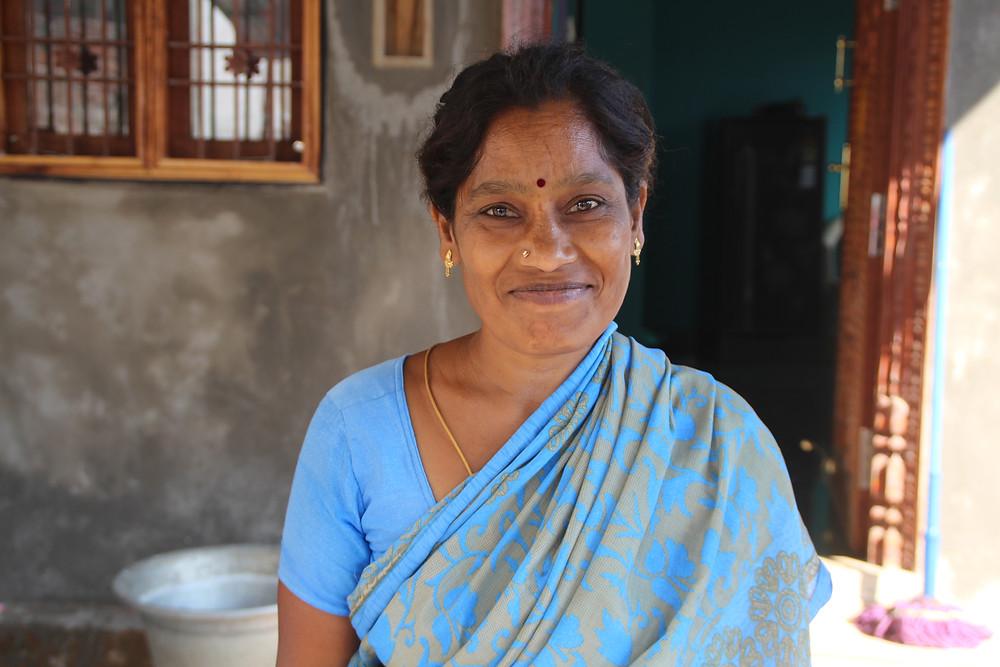 אישה הודית בסארי כחול