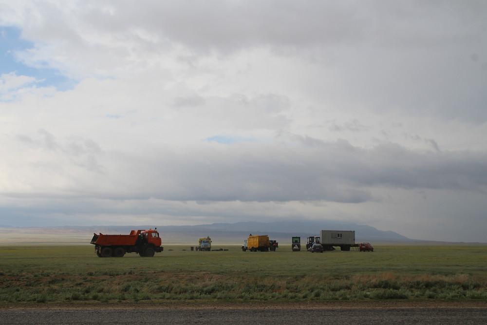משאיות צבעוניות לצד הכביש