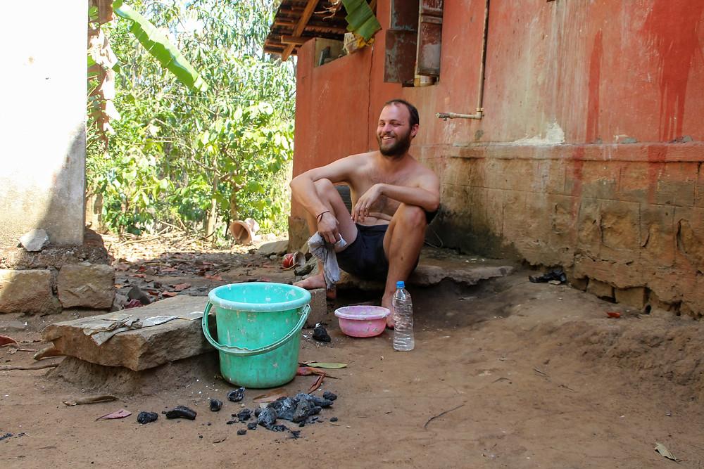 איתי צוחק בפינת שטיפת הכלים בחווה
