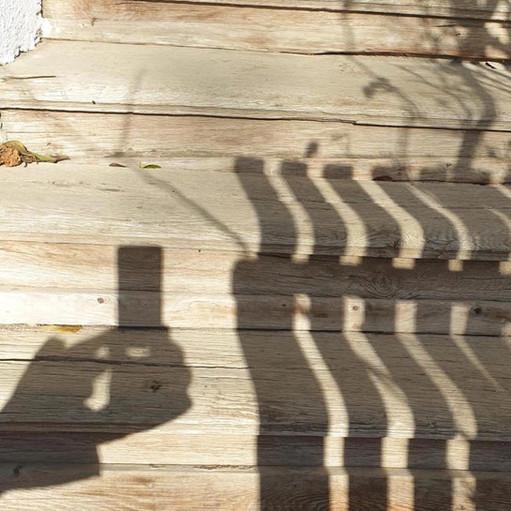 Holztreppe zum Gang in der Mittagssonne