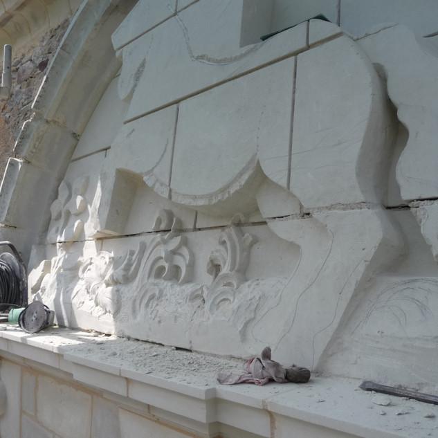 Sculpture fronton du portail en cours