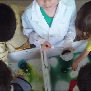 Experimentando con el agua, los colores y las densidades