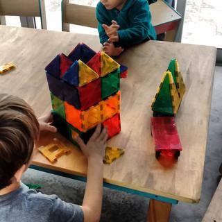 construyendo castillos con piezas imantadas