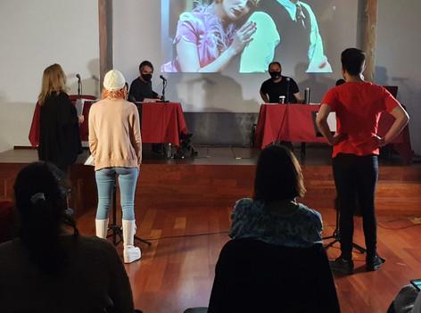 María Ovelar dirige un fragmento de un tema de Annie (1999)