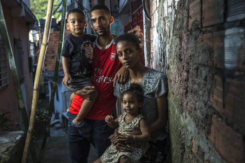 Herbet Douglas Santos da Silva, 24, sua esposa, Regina Santos Silva, 24,  e os filhos Isac e Isabela; moradores de Paraisópolis na zona sul de São  Paulo, fazem parte de um contingente que sofre as consequências da crise  no meio da pandemia do coronavírus Jardiel Carvalho/Folhapress