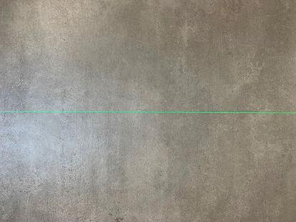 trait_laser_vert_sur_beton_sec.jpg