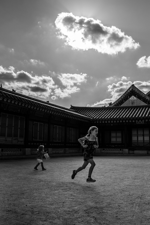 Amelia runs in the sunlight in Seoul