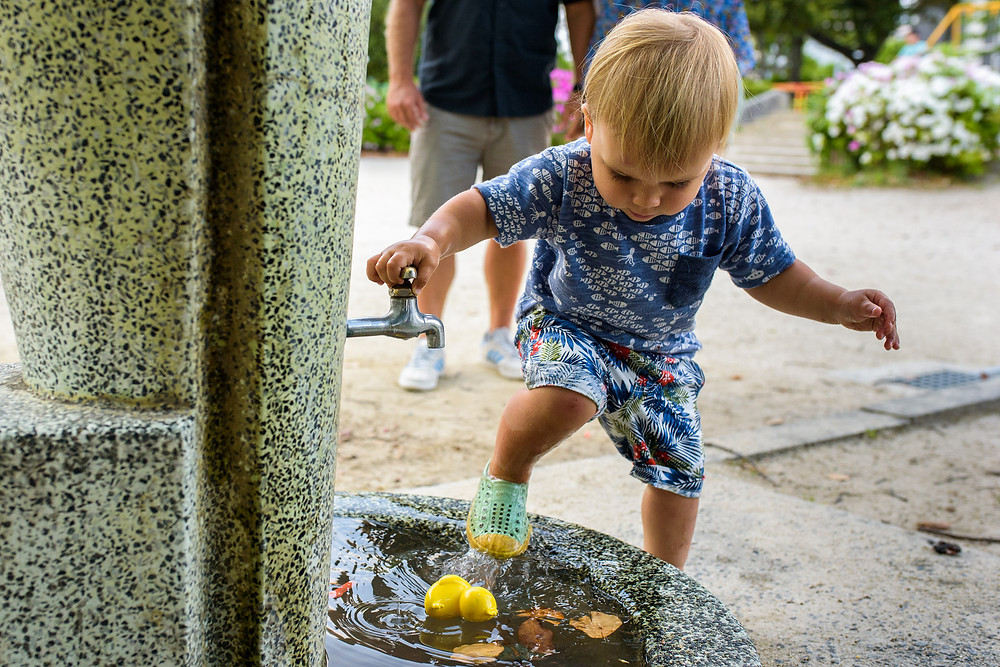Max washes his feet in the fountain