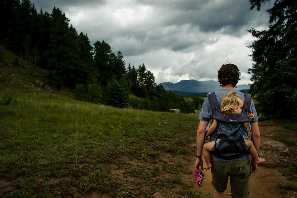 Hiking: Dad and baby girl in her diaper in the ergo baby