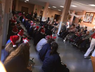La scuola media Sant'Ambrogio porta musica e canti di Natale ai 'nonni' della casa di ri
