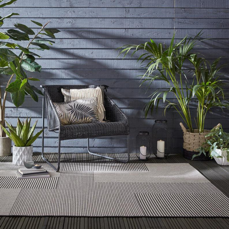 Natural outdoor rug in beige with simple black lines
