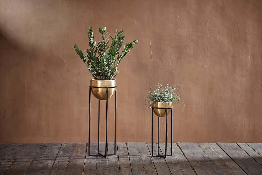 Standing minimalist planter