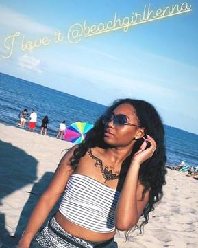 Representing!! 😆_Gorgeous pic, she's killin it! 🙏🏼🌿💚 #beachgirlhenna #naturalhenna #jaguahenna #jagua #mehndi #beachgirlhennapowder #mehandi