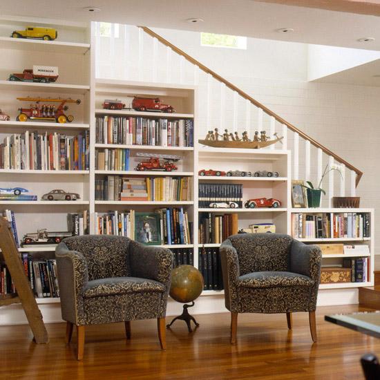 Espace bibliothèque sous escaliers