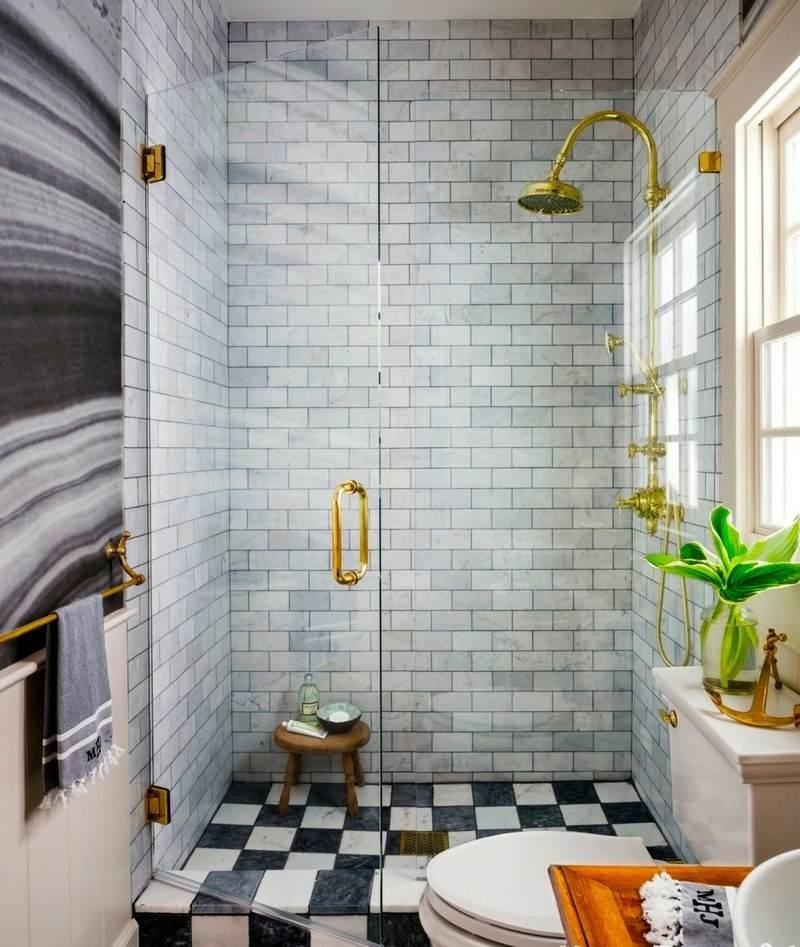 petite-salle-bains-WC-style-vintage-sol-damier-robinetterie-laiton