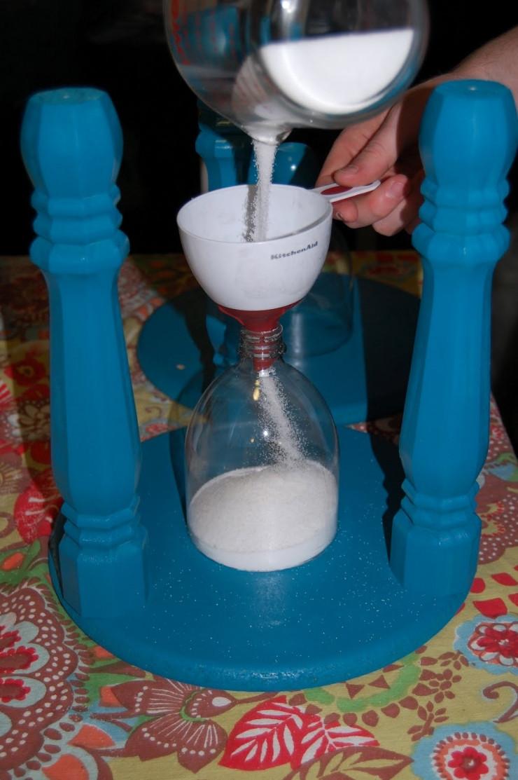 Remplir le sablier de sucre ou de sable