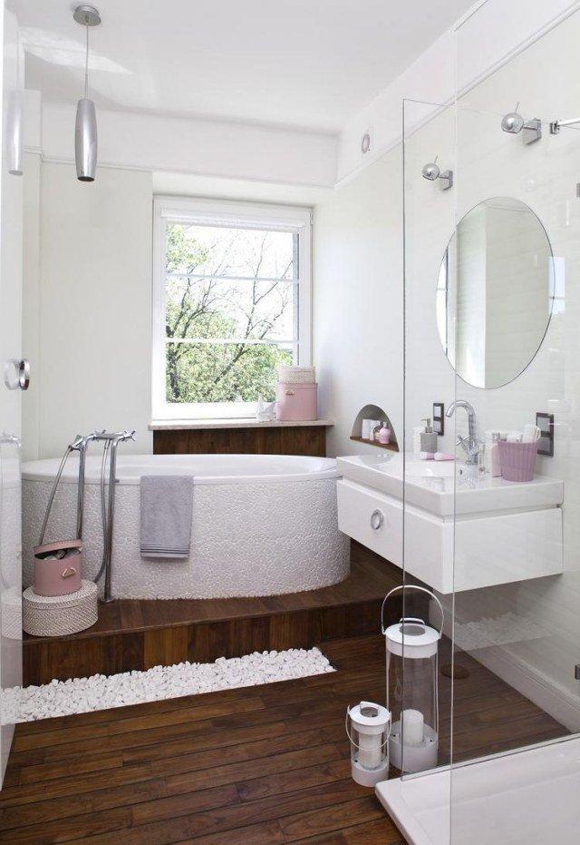 idées-pour-petite-salle-de-bain-sol-bois-baignoire-blanche-miroir-rond