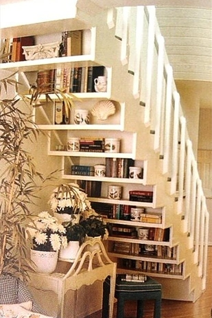 Bibliothèque sous escaliers