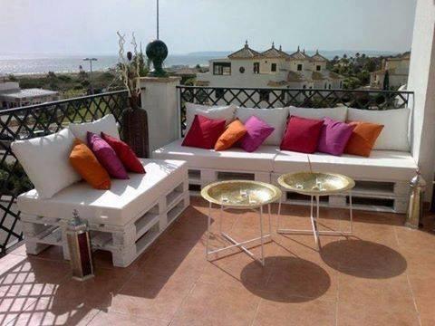 Salon de balcon avec coussins