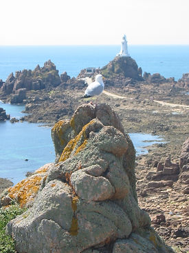 La_Corbière_lighthouse,_Jersey,_low_tide