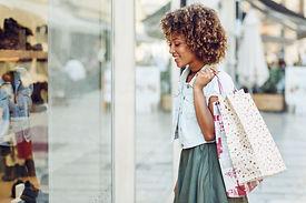 jovem-mulher-negra-penteado-afro-olhando