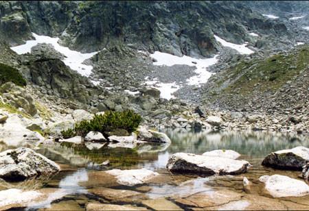 Горное озеро у подножия Стражите