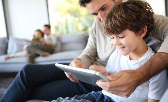 Padre e hijo utilizando una tableta