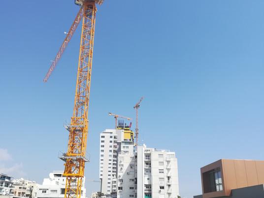 Un trio de grues à tour Potain soutient le projet Trilogy Limassol Seafront
