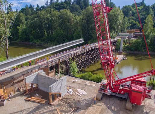 Le Manitowoc MLC300 contribue à accélérer le remplacement d'un pont à Washington