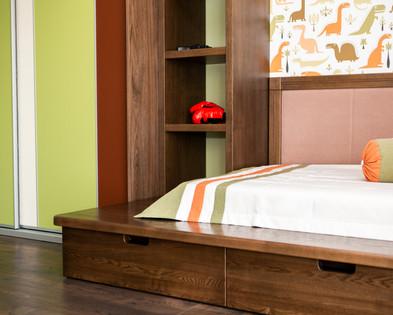 Кровать и полка