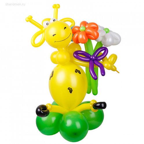 Жираф с ромашками