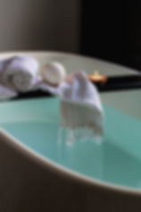 bathroom-bathtub-indoors-374148.jpg