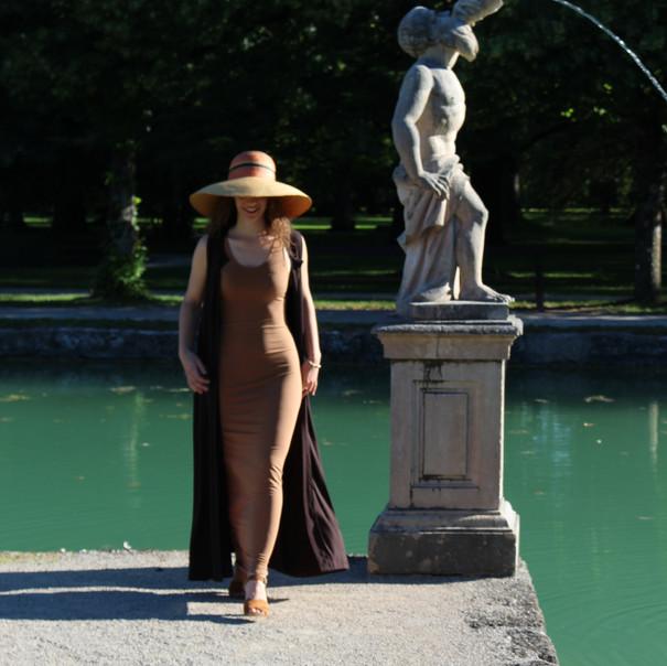 Figurbetontes Kleid mit weitem Umhang aus Jersey