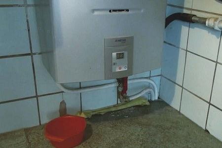 газовая колонка с миской для сбора воды