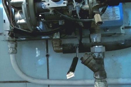 разбираем подводящую трубку газовой колонки