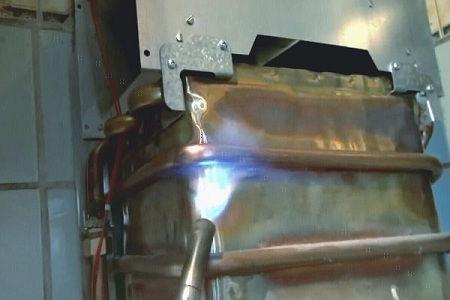 прогреваем место пайки на теплообменнике газовой колонки