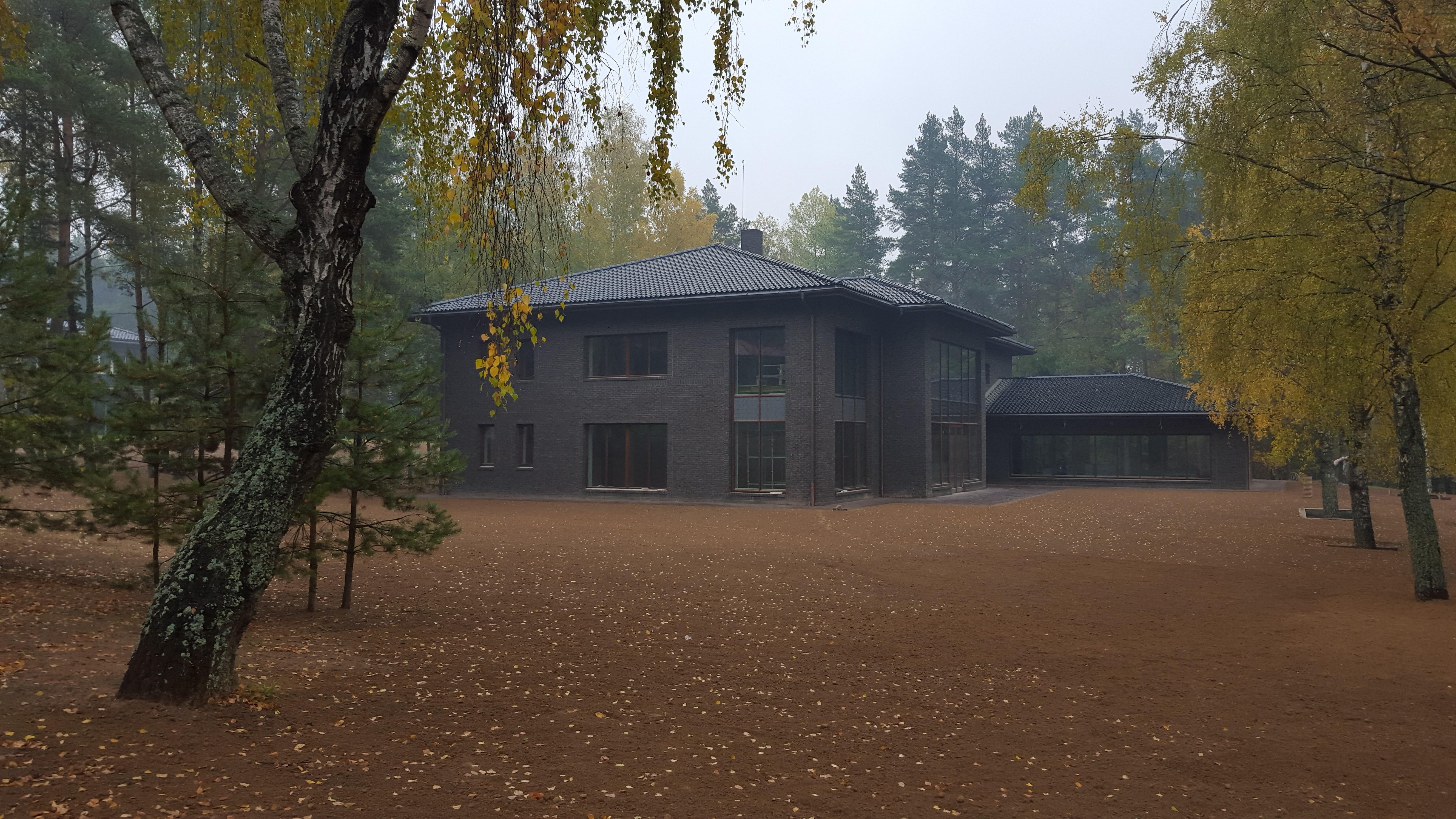 Большой загородный дом