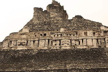 Carvings_on_Xunantunich_pyrimid_El_Casti