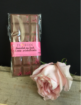Chocolat au lait et roses cristallisées