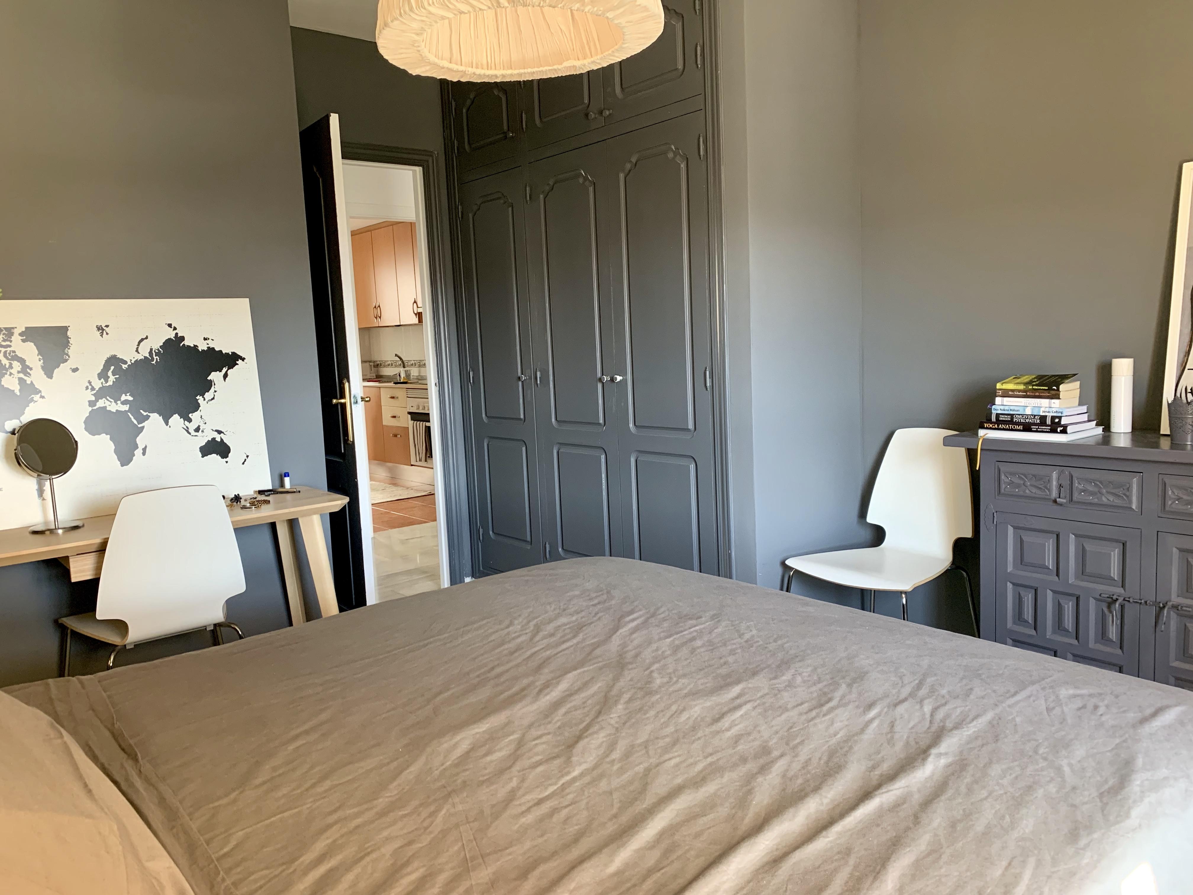 Skrivbord och garderob