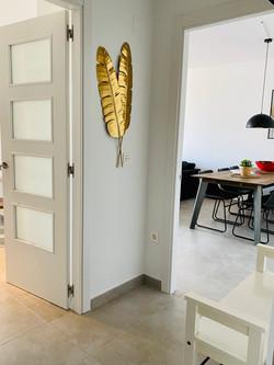 Hall mot vardagsrum och kök