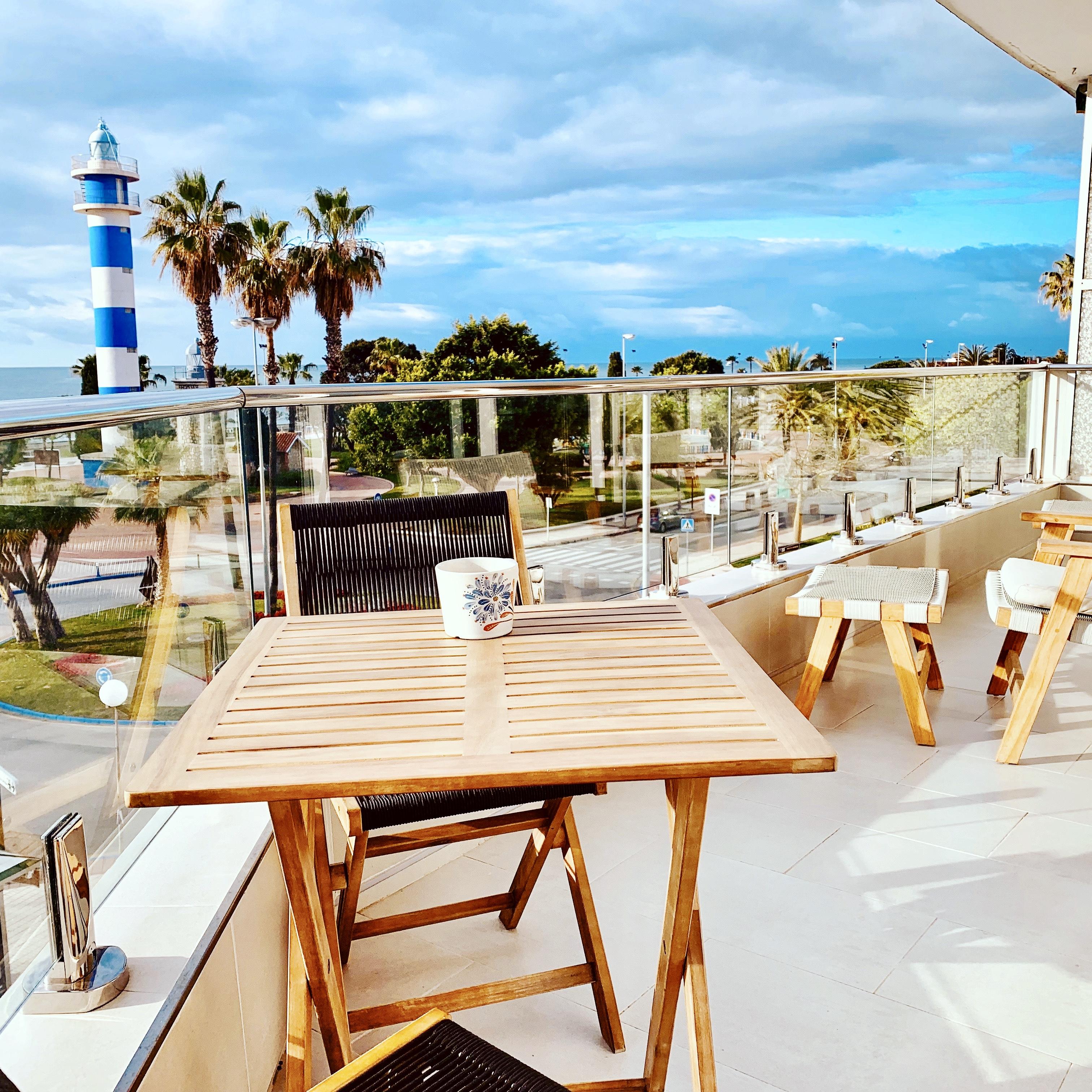 Terrass med litet matbord, sköna stolar